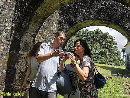 Happy traveller's faces while visiting Bahia with Ivan Salvador da Bahia & official tour guide, Jan and Heleen in the Dias d'Avila ruins near Praia do Forte