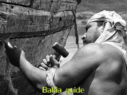 Entretien d'un voilier traditionel 'Saveiro' avec Ivan Bahia guide tourisme (d'origine francophone) visitez Cachoeira  et São Felix dans la région coloniale 'Recôncavo Baiano' lelong de la rivière Paraguaçu en rando, balade et découvrez aussi le trekking au parc national Chapada Diamantina, Praia do Forte, transport privé Brésil / Photographie par Ivan Bahia Guide et agence de voyages personalisés à Salvador da Bahia, Brésil / #ibtg #fernandofingre #fernandobingretourguide #bahiametisse #gaytravelbrazil #tourismsalvadorbahia, #ivanbahiaguide #ivansalvadorbahia #salvadorbahiabravel #toursbylocals #ibg #fotosbahia #cachoeirabahia #maragojipe #bresilessentiel #voyagebresil #reconcavobaiano #bahiaguide #theculturetrip