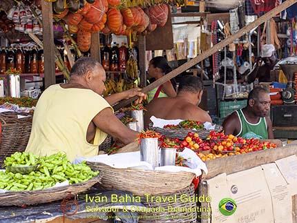 Chili pepers van elke varieteit op de São Joachim markt, met vlaamse reis-gids Ivan (die al 10 jaar in Bahia woont), fotos uit Salvador da Bahia, wandelingen en rond-reizen met begeleiding in het Nederlands, in Brazilië. Onze hashtag : #IvanBahiaGuide #IvanSalvadorBahia #IvanBahiaReisGids #IvanSalvadorReisGids  #ReisGids #SalvadorBahia #Brazilie #Salvador500in1 #SalvadorBahiaFotos #BahiaFotos #FotosBahia #SalvadorBahiaBrazilie
