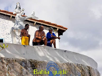 Vissers onder het waakzame oog van Iemanja (godin van de zee in de Candomblé-religie-godsdienst) in Rio Vermelho-wijk, met vlaamse reis-gids Ivan (die al 10 jaar in Bahia woont), fotos uit Salvador da Bahia, wandelingen en rond-reizen met begeleiding in het Nederlands, in Brazilië. Onze hashtag : #IvanBahiaGuide #IvanSalvadorBahia #IvanBahiaReisGids #IvanSalvadorReisGids  #ReisGids #SalvadorBahia #Brazilie #Salvador500in1 #SalvadorBahiaFotos #BahiaFotos #FotosBahia #SalvadorBahiaBrazilie